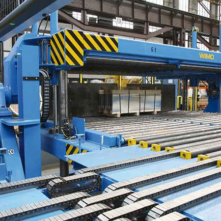 Sheet metal turning device with hydraulic clamping and motorised roller conveyor