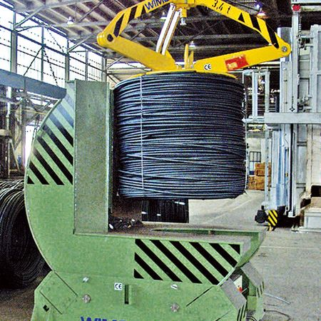 Motorised turnwheel-type wire coil turning device with 90° turning range